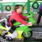 Montaña rusa con motos de juguetes