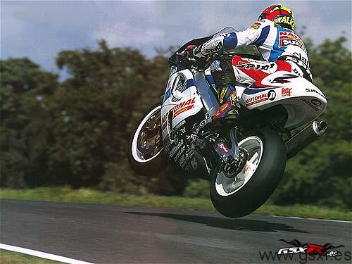 moto suzuki gsx-r volando