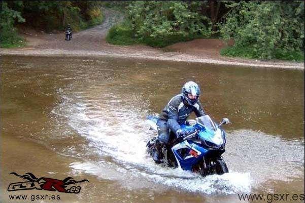 Suzuki GSXR 750 2007 en el agua