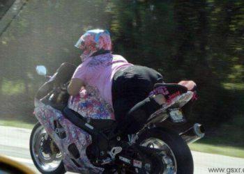 chica conduciendo moto suzuki gsxr