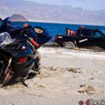 Moto Suzuki GSXR 600 2006 y coche Nissan 4x4 en la playa