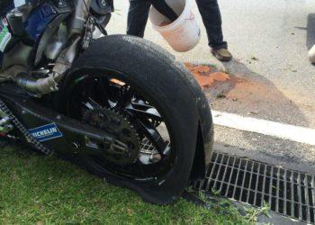 Loris Baz del equipo Avintia Racing sale de pista después de estrellarse durante las pruebas de MotoGP en Sepang en el circuito de Kuala Lumpur, Malasia.
